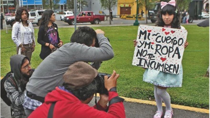 """Más de 60 ciudades han albergado 'Marchas de las putas', como esta de Lima, en respuesta a una frase de un policía de Toronto: """"Las mujeres deben evitar vestirse como putas para no sufrir violencia sexual"""". EFE / Paolo aguilar"""