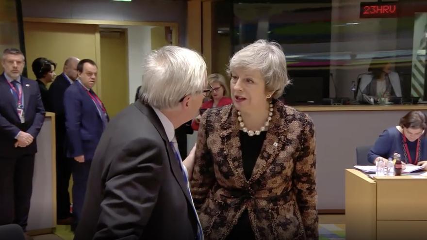 Jean-Claude Juncker y Theresa May.
