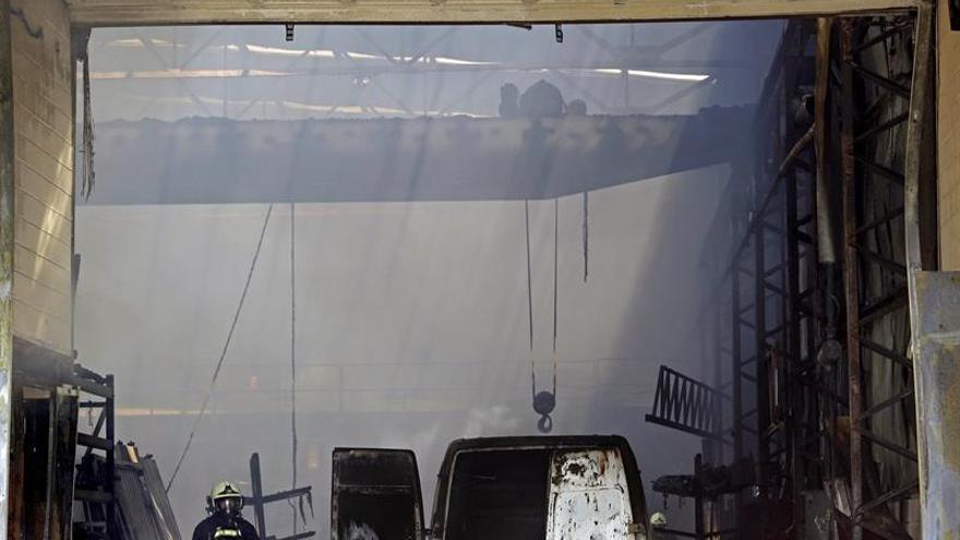 """Un incendio """"de grandes dimensiones"""" quema una empresa en Orkoien (Navarra)"""