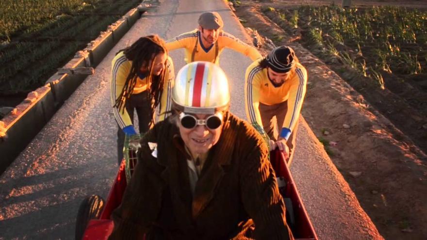 Nacho Pereda y Los chatarreros del amor, la singular banda valenciana, oferirà al públic de Las Naves la seua fusió del reggae, la rumba, els sons llatins i la cançó d'autor