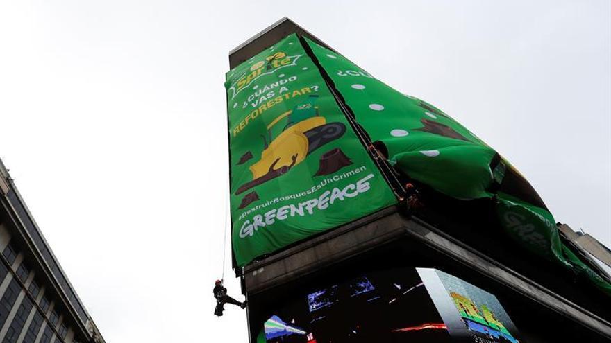 Greenpeace tapa una pantalla gigante en Buenos Aires contra Sprite por deforestar