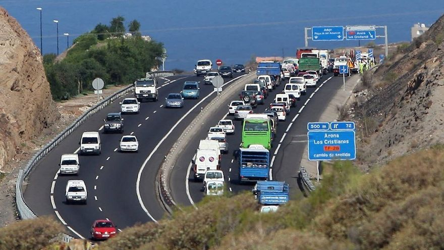 Retención en la autopista sur de Tenerife. (EFE)