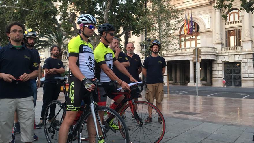 Los bomberos que han partido este lunes en bici a Madrid a modo de protesta