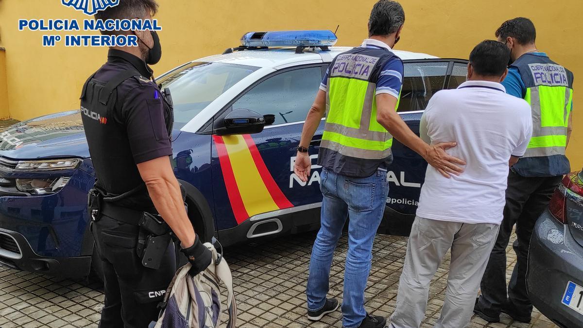 Los agentes, tras la detención del prófugo.