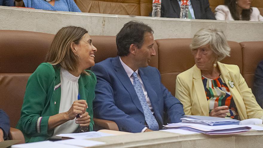 Paula Fernández, José Luis Gochicoa y Marina Lombó en el Parlamento de Cantabria.   BUBY REY
