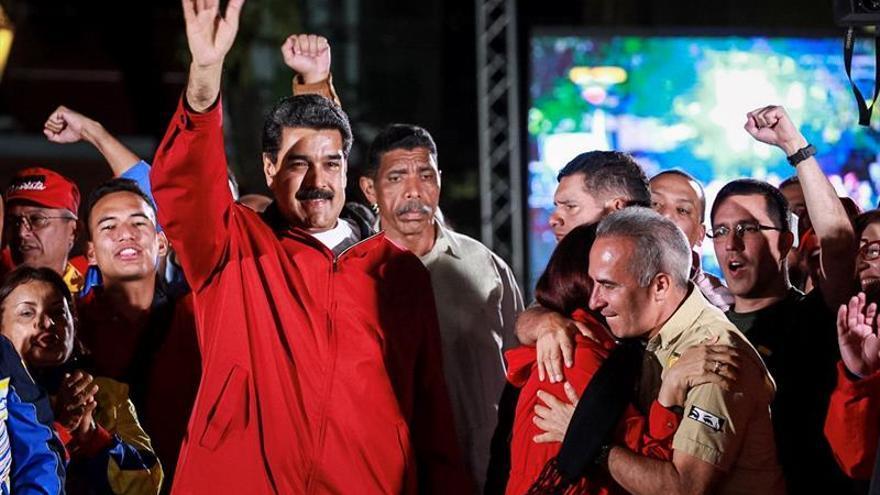 Maduro reta a la oposición a presentarse a los comicios regionales