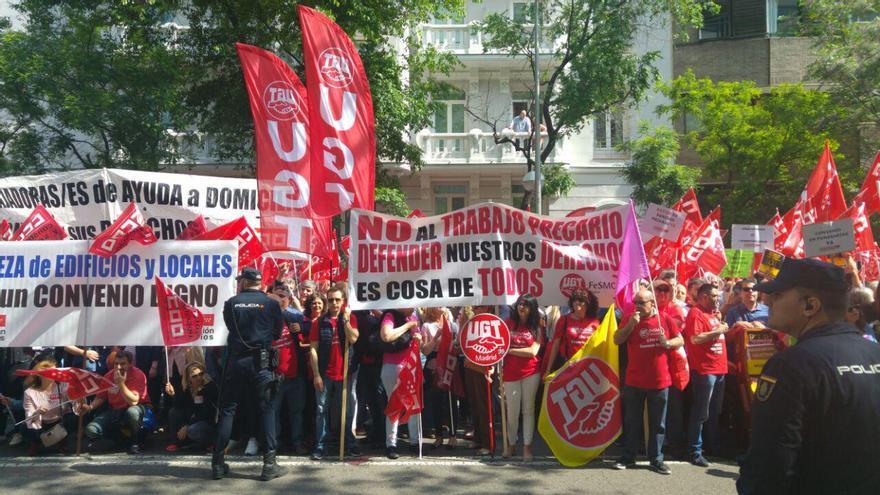 Trabajadores se manifiestan ante la sede de la CEOE en Madrid, este 22 de mayo de 2018, para exigir un aumento salarial.