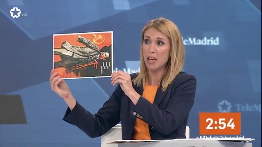 Silvia Saavedra, de Ciudadanos, muestra un retrato de Lenin en el debate de las elecciones municipales de Madrid.
