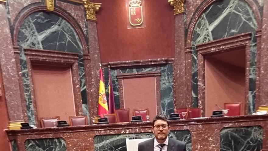 Miguel Sánchez en el hemiciclo de la Asamblea Regional de Murcia