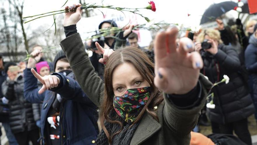 """Varias mujeres participan en el evento """"Flores Polacas"""" frente a la cámara baja del parlamento polaco (Sejm), durante el paro internacional convocado en el Día de la Mujer, en Varsovia, Polonia, hoy, 8 de marzo de 2017."""