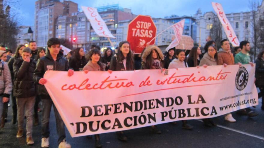 Medio millar de personas se manifiestan en Santander contra la reforma de grados '3+2'