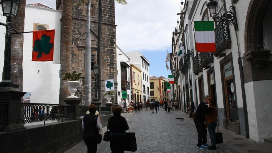 El Ayuntamiento ha adornando para la ocasión la Calle O'Daly y el mercado municipal de La Recova con banderas irlandesas y el característico trébol.