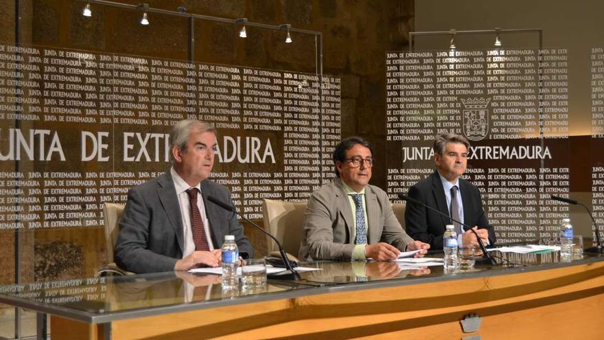 Dirigentes del Servicio de Salud, en el centro el consejero José María Vergeles