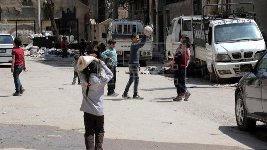 Rebeldes de un enclave al noreste de Damasco entregan las armas por acuerdo