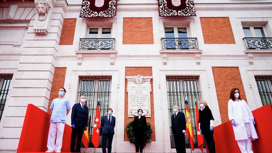 En el centro, la presidenta de la Comunidad de Madrid, Isabel Díaz Ayuso, acompañada del alcalde de la capital y los expresidentes madrileños.