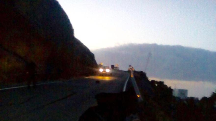 Socavón en la carretera entre La Aldea y Agaete.