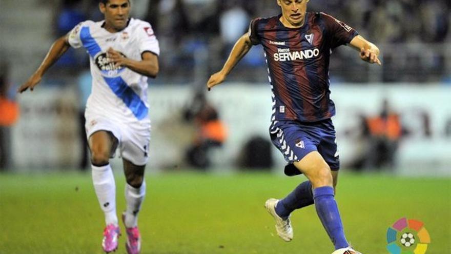 La nueva incorporación del CD Tenerife, Javi Lara, disputando un encuentro con el Éibar.