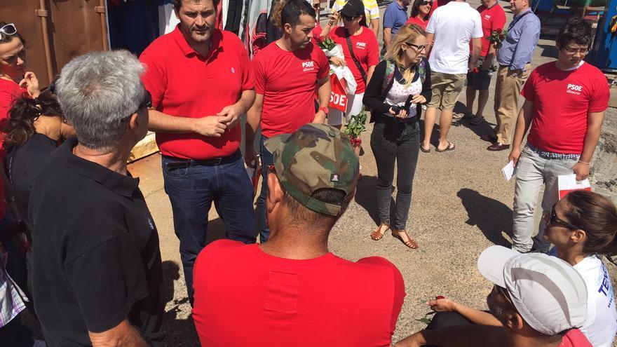 El candidato del PSOE visió el pueblo pesquero de San Andrés.