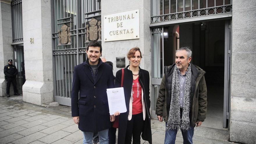 Los diputados de Más Madrid en la Asamblea, Pablo Perpinyà, Mónica García y Eduardo Gutiérrez, a su salida del Tribunal de Cuentas.