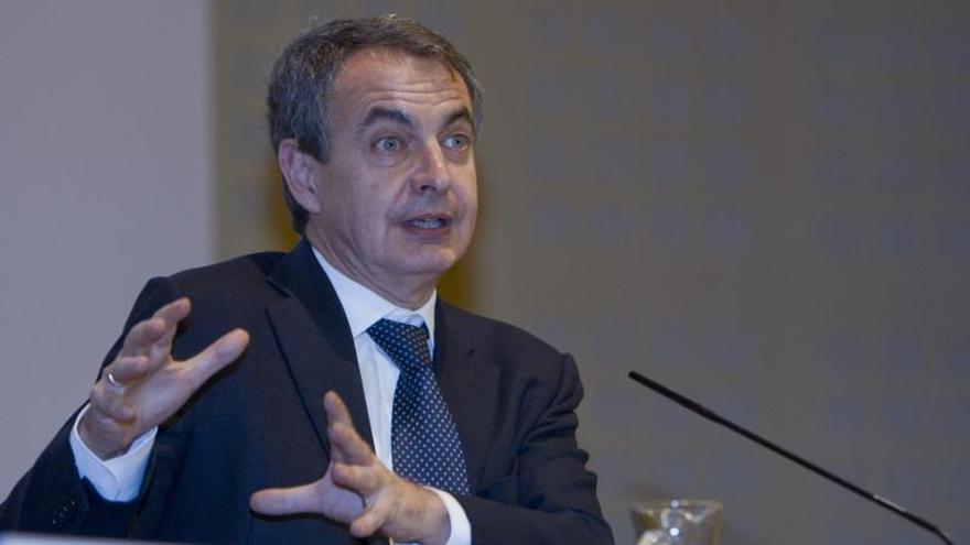 """El expresidente del Gobierno José Luis Rodríguez Zapatero, durante la conferencia """"Transición y memoria"""" con la que se ha inaugurado en Sevilla el seminario internacional 'Transiciones democráticas y calidad de la democracia' / EFE."""