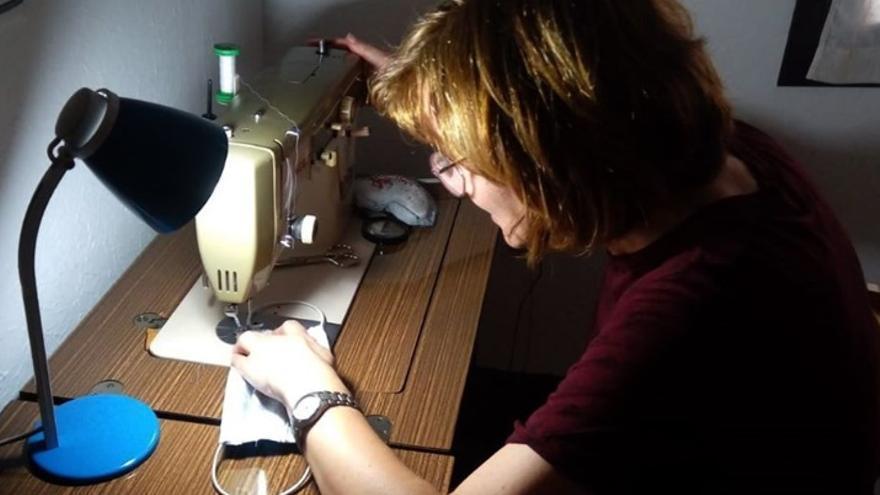 Voluntaria en Campo de Criptana (Ciudad Real) confeccionando mascarillas