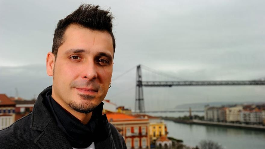 El poeta vasco Ritxi Poo en Portugalete.