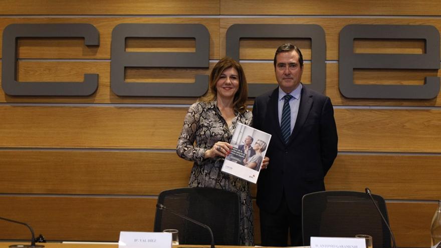 El presidente de CEOE, Antonio Garamendi, y la presidenta de la Comisión de Igualdad y Diversidad, Val Díez.