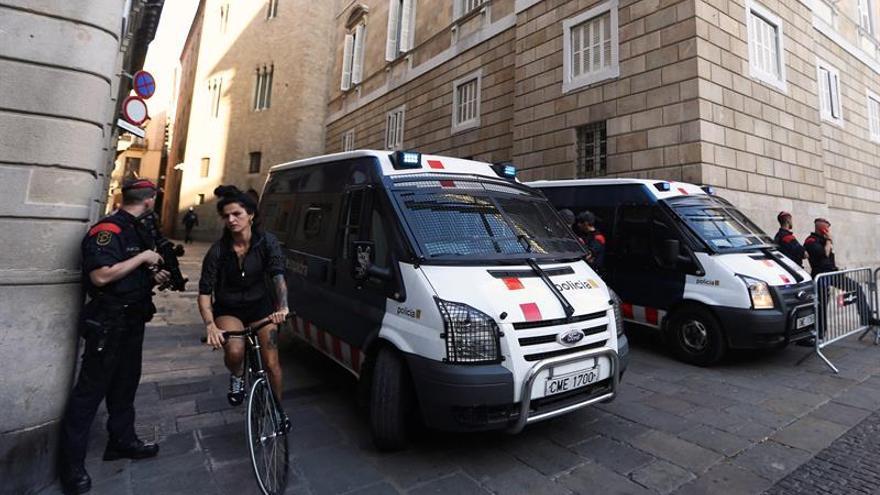 Mossos d'Esquadra este lunes en la plaza del Palau de la Generalitat.