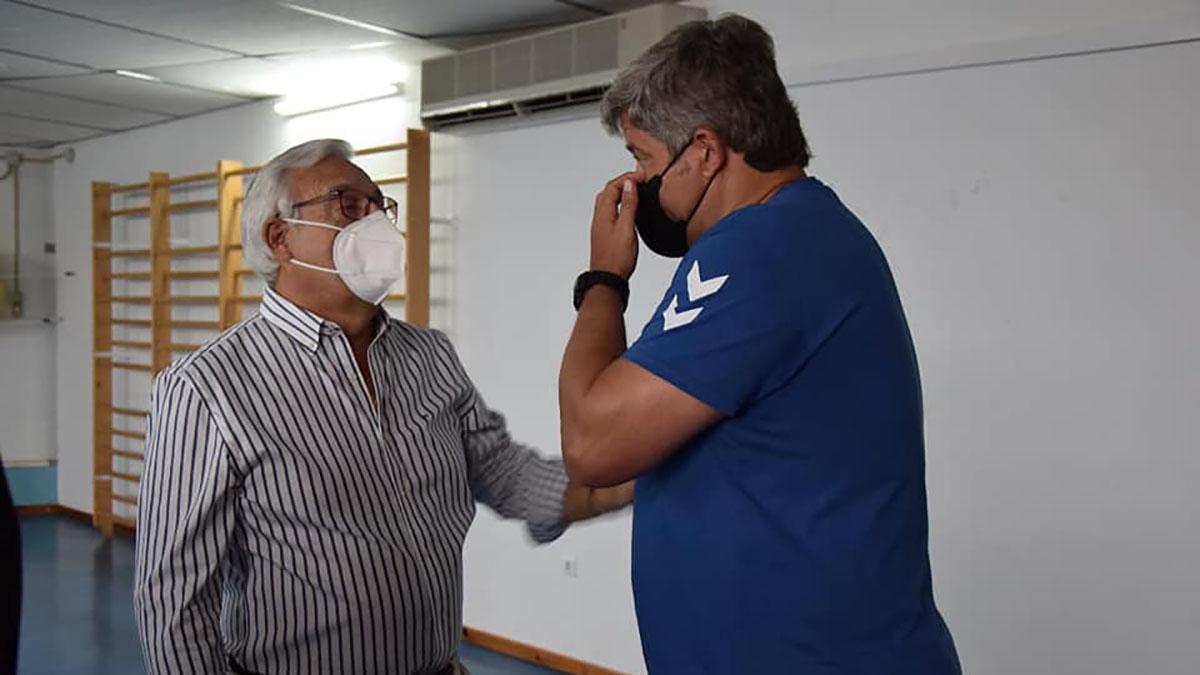 Mariano Jiménez hablando con el técnico Paco Bustos.