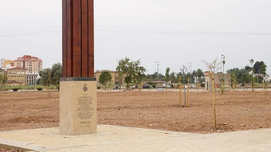 El monumento recuerda la altura a la que llegó la pantanada del 82
