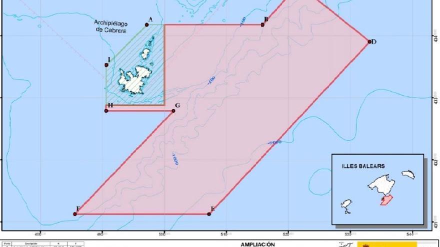 Mapa de la propuesta de ampliación (área roja) del actual parque nacional de Cabrera (área rayada).