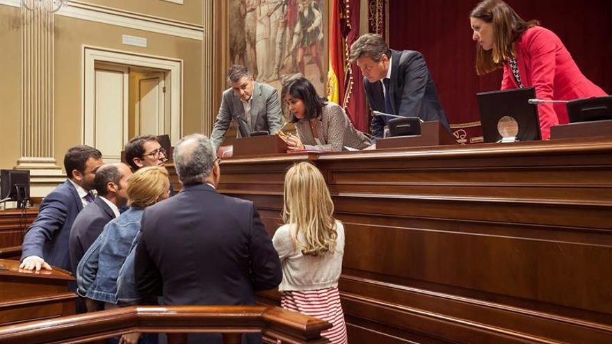 La presidenta del Parlamento de Canarias, Carolina Darias (3d), se dirige a los portavoces de los distintos grupos de la Cámara