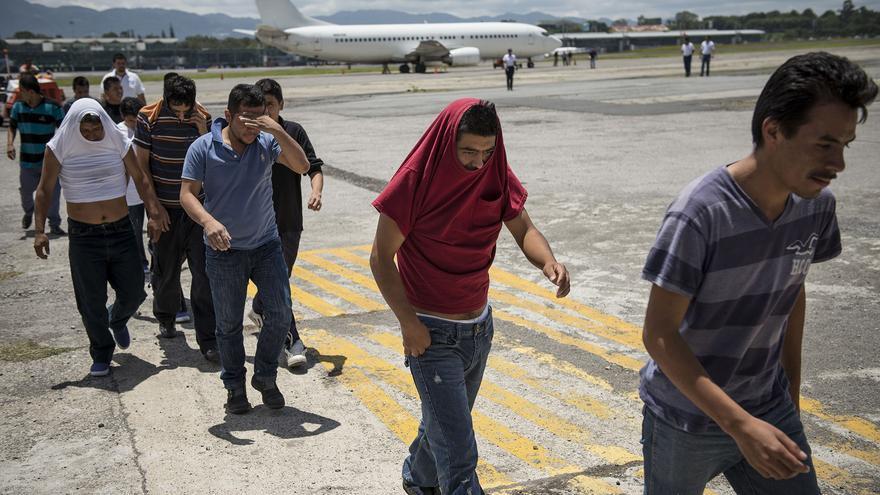 Decenas de guatemaltecos recién llegados de Estados Unidos tras ser deportados vía aérea