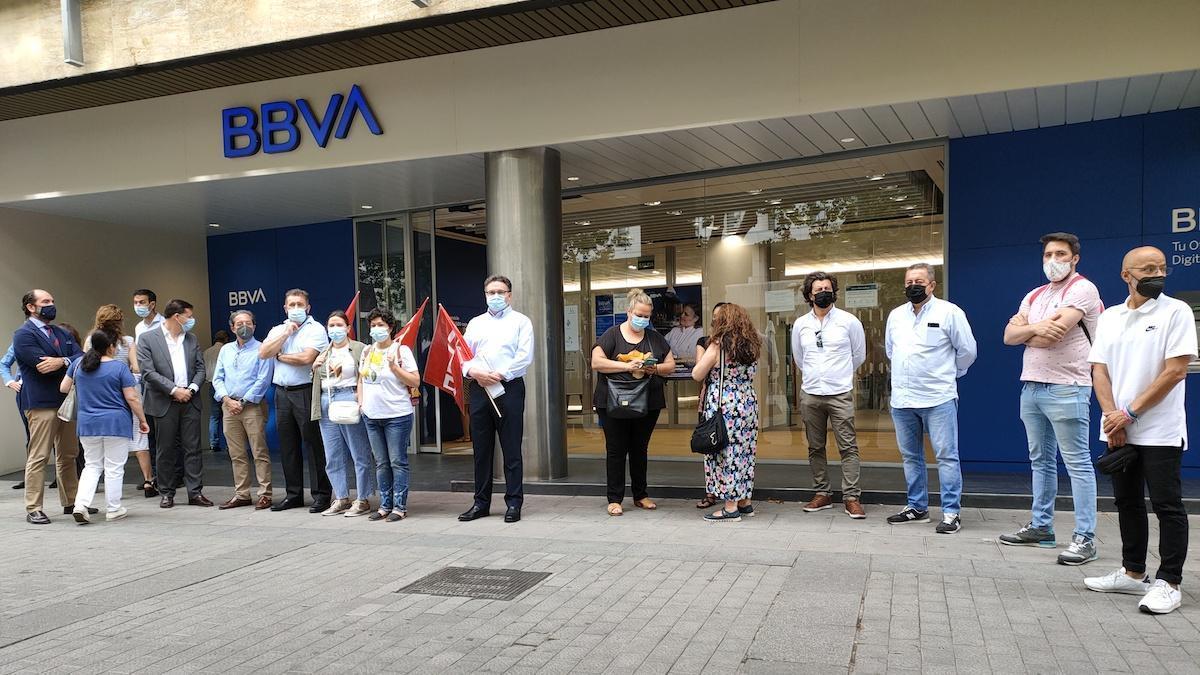 Trabajadores de BBVA en Córdoba, ante los servicios centrales.