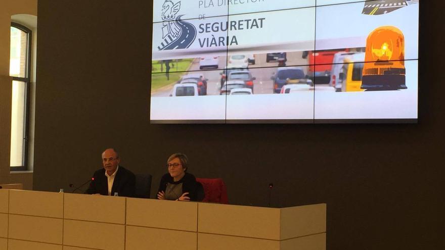 La consellera de Vertebración, María José Salvador, junto al director general de Transportes, Carlos Domingo