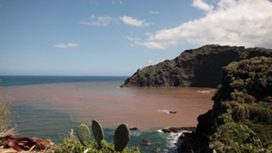 Unos 3 millones y medio de metros cúbicos de agua, que era lo que el embalse recogía hasta la fecha, discurrieran en dirección al mar. (ACFI PRESS)