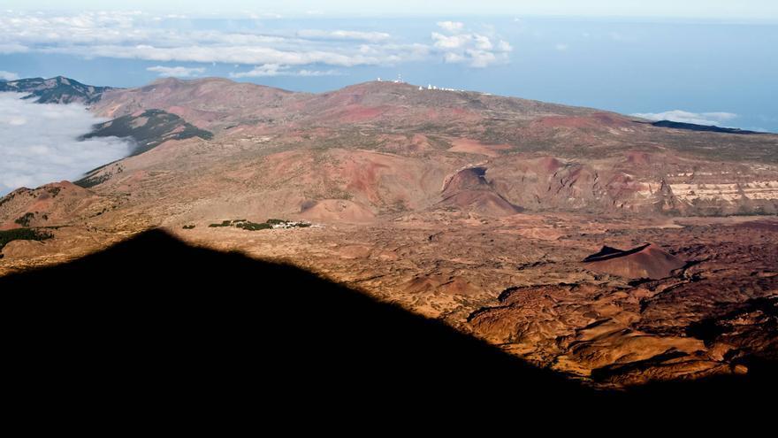 La sombra del Teide se proyecta sobre Las Cañadas. VIAJAR AHORA