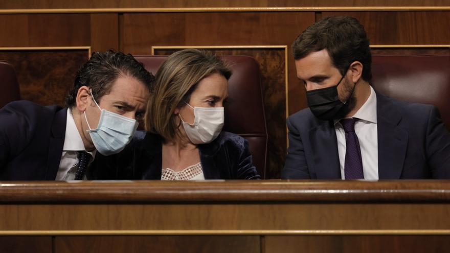 El secretario general del PP, Teodoro García Egea; la portavoz del PP en el Congreso, Cuca Gamarra; y el líder del PP, Pablo Casado, conversan durante una sesión de control al Gobierno, a 26 de mayo de 2021, en el Congreso, Madrid, (España).