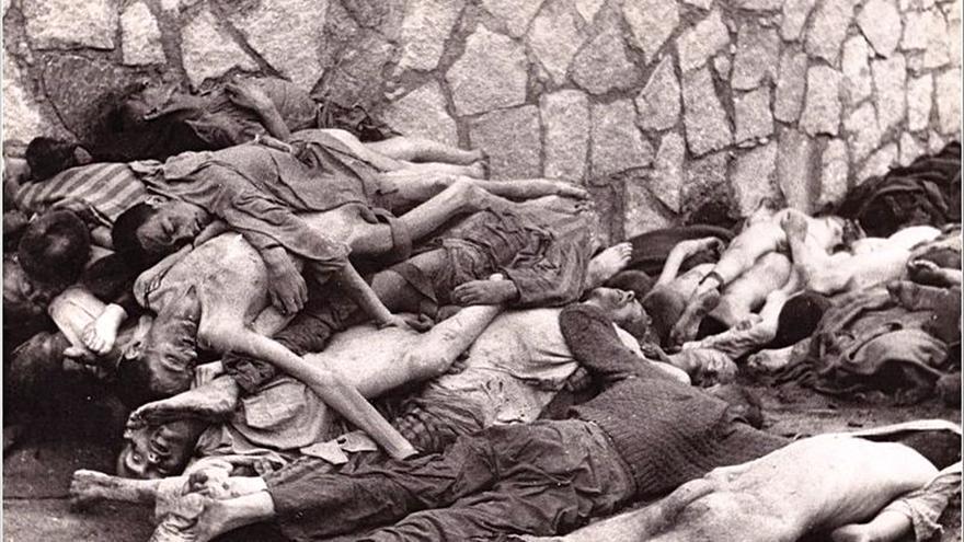 Cadáveres apilados junto a uno de los muros de Mauthausen (Firma de foto: H.E.A.R.T.)