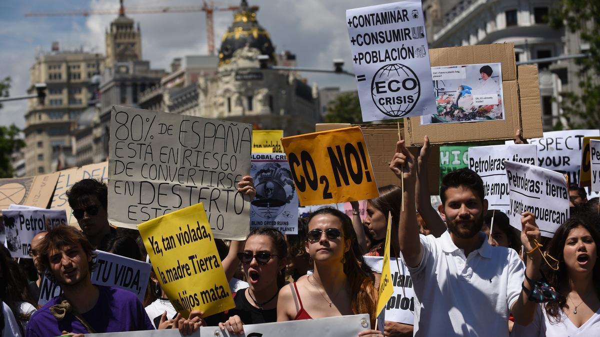 Los manifestantes climáticos por la calle Alcalá de Madrid.