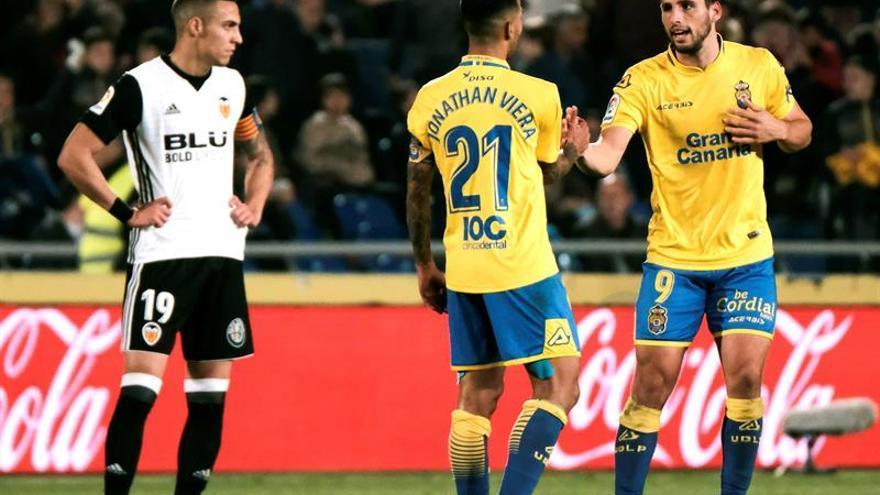 Los jugadores de la UD Las Palmas, el delantero argentino Jonathan Calleri y el centrocampista Jonathan Viera, celebran un gol ante el delantero del Valencia, Rodrigo Moreno
