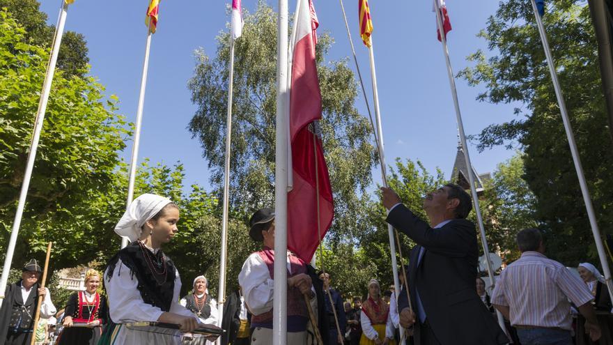Miguel Ángel Revilla iza la bandera autonómica en la conmemoración del Día de Cantabria. | Miguel López