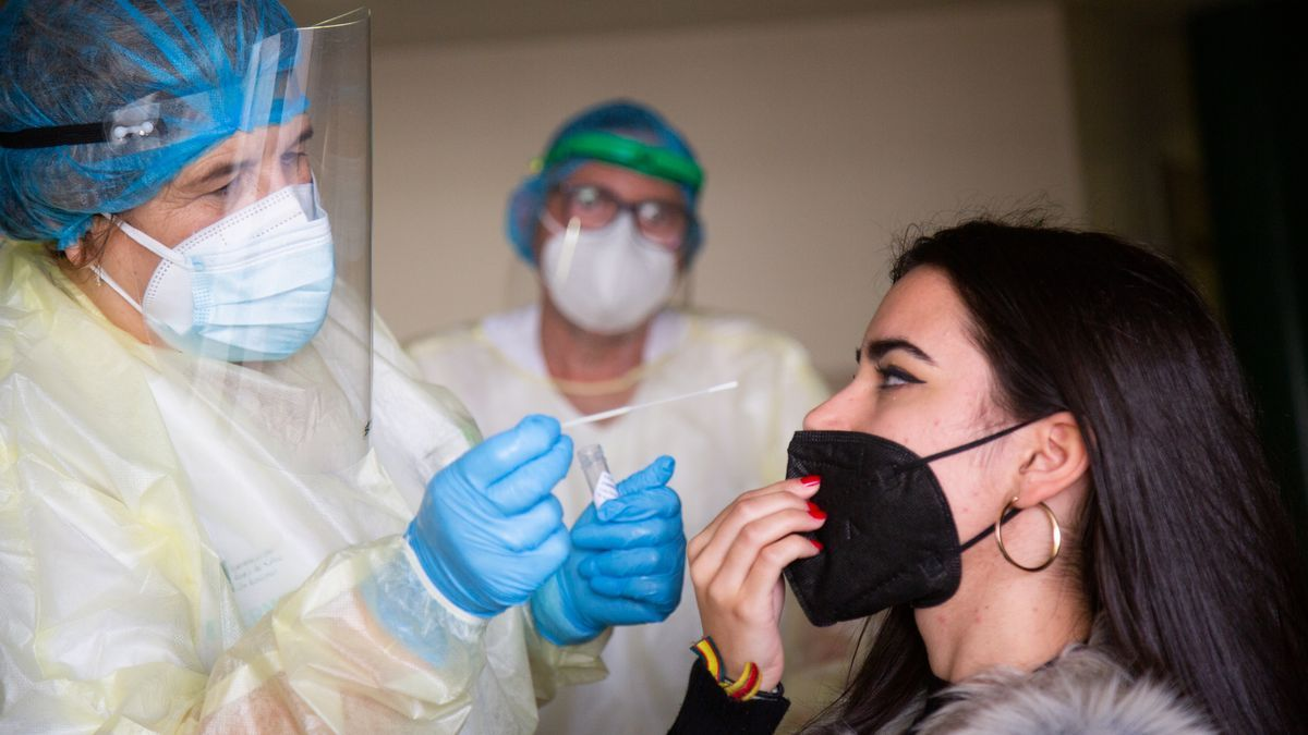 Una mujer se somete a una prueba de antígenos en un dispositivo de cribado masivo instalado en el centro de salud de Ciudad Jardín, en Badajoz.