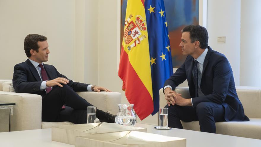 Imagen de la reunión mantenida por Sánchez y Casado en la Moncloa.