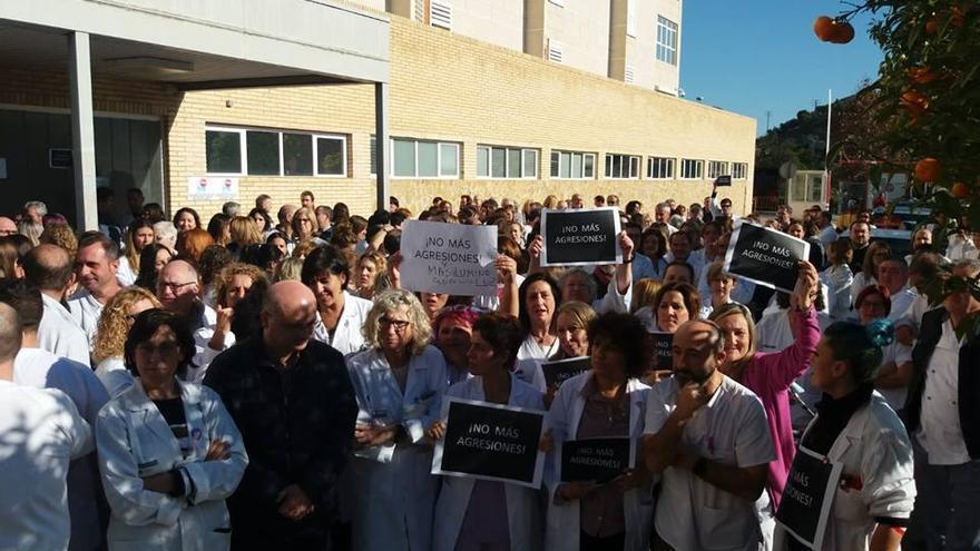 Concentración de protesta en el hospital de Vila Joiosa