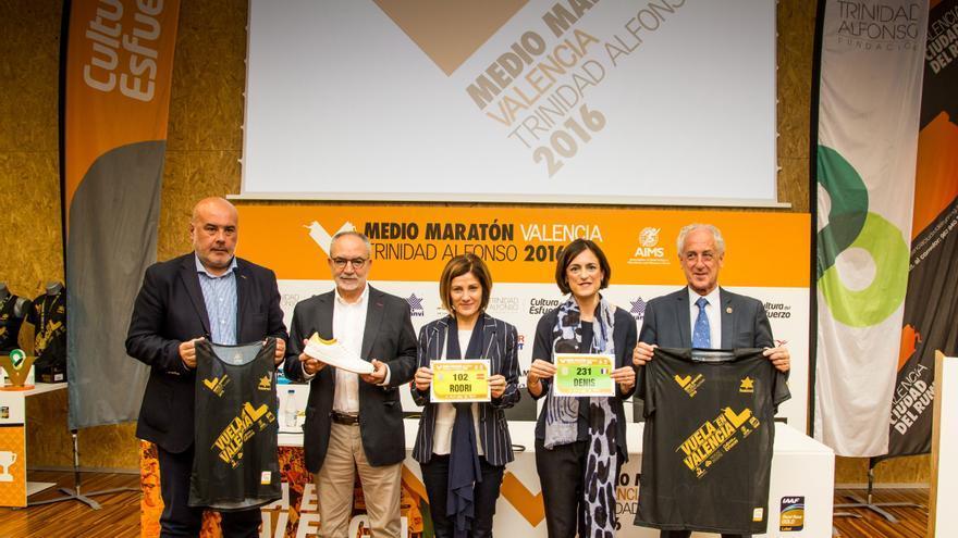 Maite Girau (centro), junto a Elena Tejedor, Vicente Tarancón y Paco Borao (derecha).