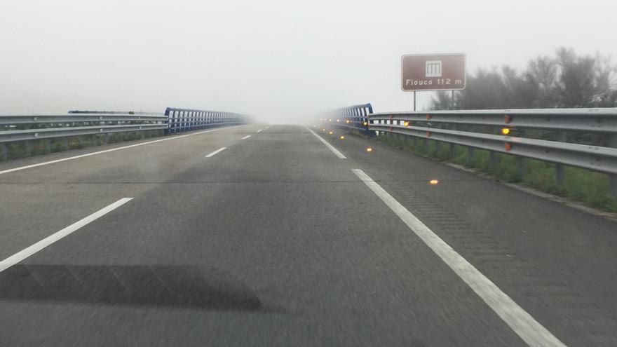Luces contra la niebla activadas en el Alto do Fiouco de la Autovía del Cantábrico (A-8), entre los ayuntamientos de Mondoñedo y Abadín, en Lugo