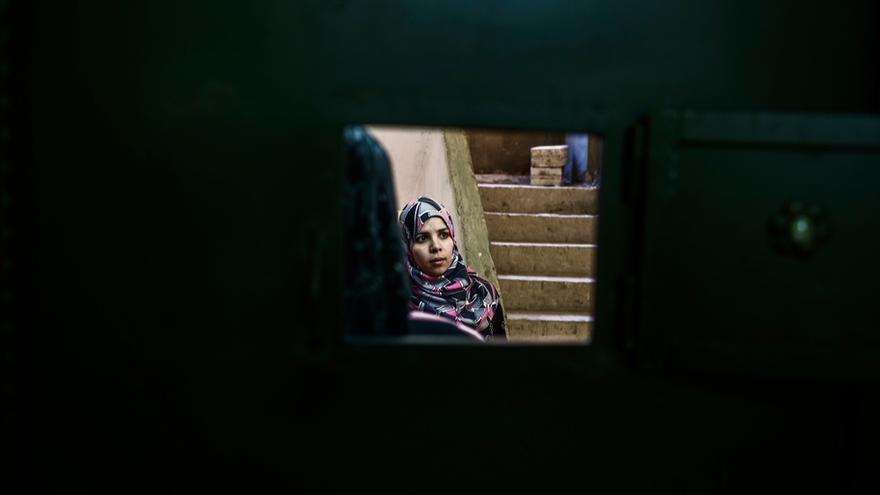 Una refugiada siria espera consulta en la maternidad de MSF en Shatila. La llegada de los refugiados de Siria ha aumentado considerablemente la población de un campo creado originalmente para refugiados palestinos y que se caracteriza por calles estrechas y laberínticas. Tras cuatro años de guerra en el país vecino, Líbano acoge 1,2 millones de refugiados sirios. Fotografía: Diego Ibarra Sánchez