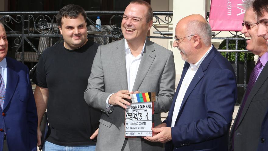 El alcalde de Las Palmas de Gran Canaria, Augusto Hidalgo y el presidente del Cabildo de la Isla, Antonio Morales en el rodaje de 'Down a dark hall' (ALEJANDRO RAMOS)
