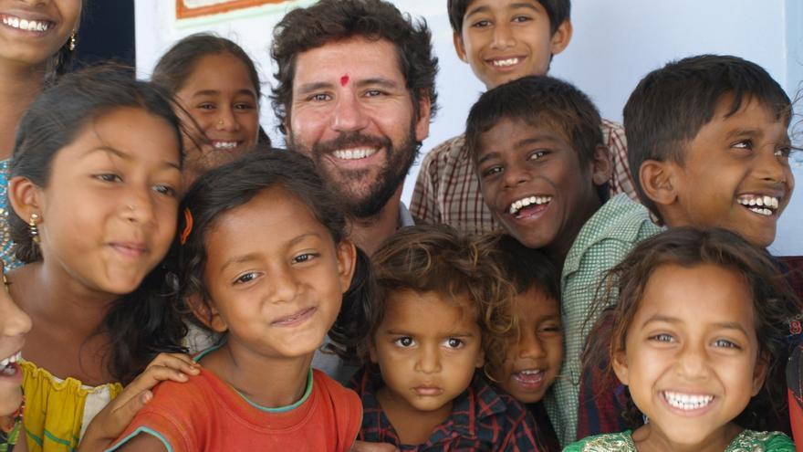 El nadador Christian Jongeneel rodeado de niños en India.